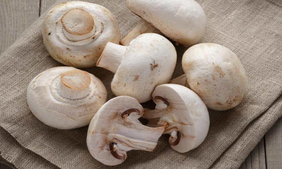 Hoe moet ik champignons schoonmaken?