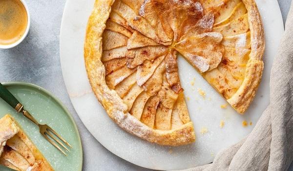 Snelle appeltaart maken met bladerdeeg en rozemarijn-honingsiroop