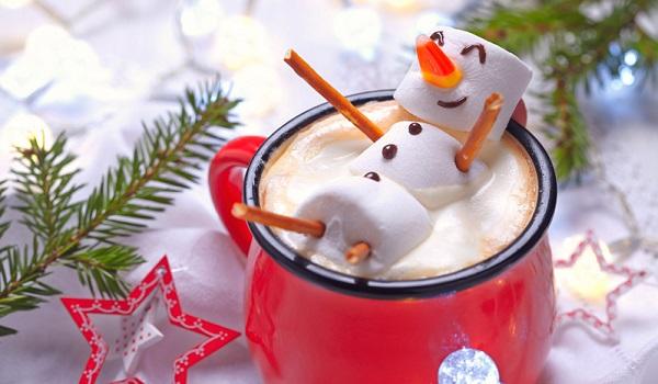 Warme sneeuwpoppen chocolademelk maken
