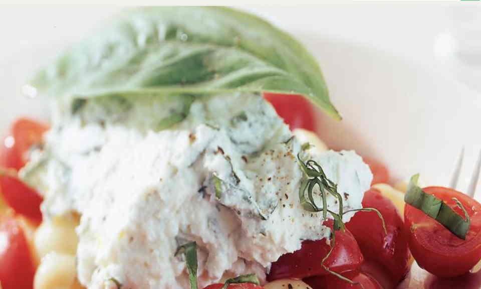 Pasta met tomaat, ricotta en basilicum maken