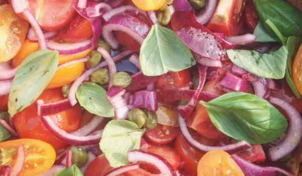 Tomatensalade met kappertjes maken