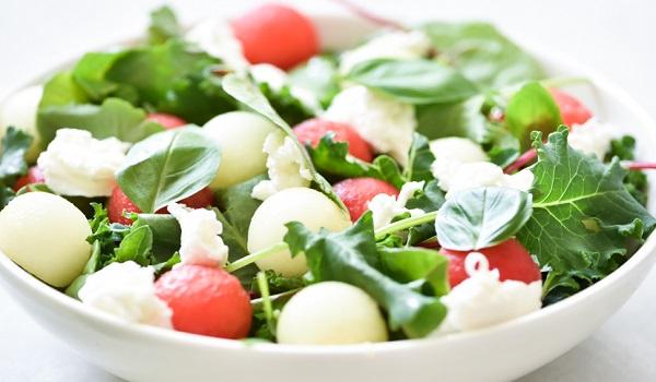 Meloensalade met mozzarella en basilicum maken